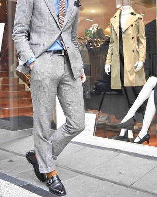 Combinar un pañuelo de bolsillo estampado en marrón oscuro: Intenta ponerse un traje de tartán gris y un pañuelo de bolsillo estampado en marrón oscuro para conseguir una apariencia relajada pero elegante. Luce este conjunto con zapatos con hebilla de cuero negros.