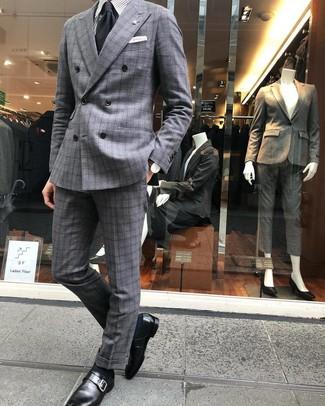 Cómo combinar: corbata negra, zapatos con hebilla de cuero negros, camisa de vestir de rayas verticales gris, traje de tartán gris