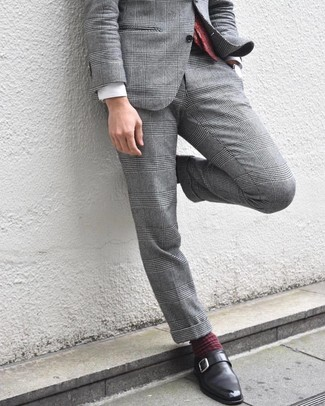 Cómo combinar: corbata de paisley burdeos, zapatos con hebilla de cuero negros, camisa de vestir blanca, traje de tartán gris