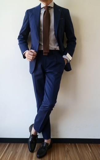 Combinar unos zapatos con hebilla de cuero negros: Ponte un traje azul marino y una camisa de vestir de rayas verticales en blanco y azul marino para un perfil clásico y refinado. Zapatos con hebilla de cuero negros son una opción estupenda para complementar tu atuendo.
