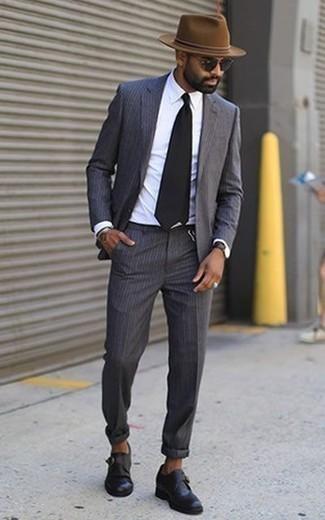 Combinar unos zapatos con hebilla de cuero negros: Considera ponerse un traje de rayas verticales en gris oscuro y una camisa de vestir blanca para rebosar clase y sofisticación. Zapatos con hebilla de cuero negros son una sencilla forma de complementar tu atuendo.