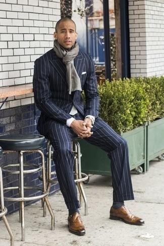 Combinar una corbata: Considera emparejar un traje de rayas verticales azul marino junto a una corbata para rebosar clase y sofisticación. ¿Te sientes valiente? Completa tu atuendo con zapatos con hebilla de cuero marrón claro.