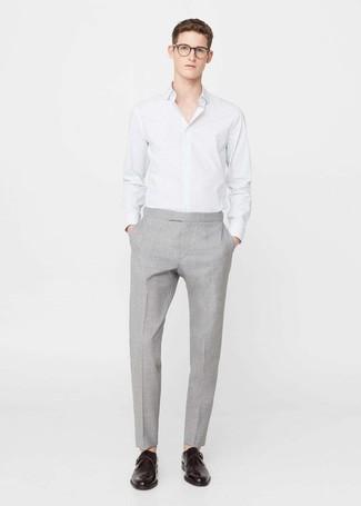 Cómo combinar: zapatos con hebilla de cuero en marrón oscuro, pantalón de vestir gris, camisa de vestir de rayas verticales blanca