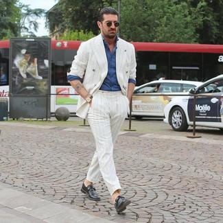 Cómo combinar: gafas de sol negras, zapatos con hebilla de cuero negros, camisa de manga larga de cambray azul, traje de rayas verticales blanco