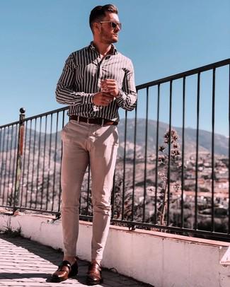 Cómo combinar: correa de cuero en marrón oscuro, zapatos con hebilla de cuero marrónes, pantalón chino en beige, camisa de manga larga de rayas verticales en negro y blanco