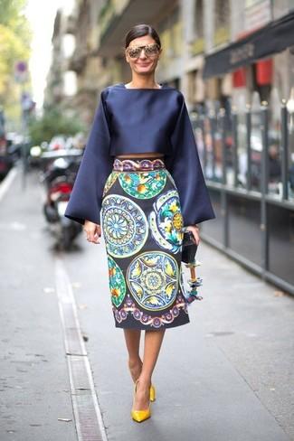 Una falda midi de vestir con unos zapatos de tacón amarillos: Haz de una blusa de manga larga de satén azul marino y una falda midi tu atuendo para conseguir una apariencia relajada pero chic. Zapatos de tacón amarillos son una opción atractiva para complementar tu atuendo.