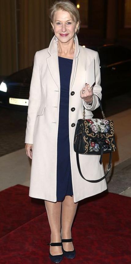 Vestido azul abrigo blanco