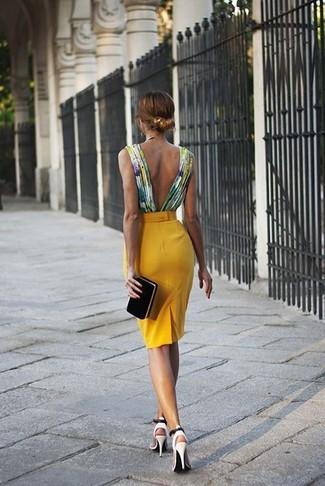 Combinar una cartera sobre de ante negra: Elige una blusa sin mangas en multicolor y una cartera sobre de ante negra para un look agradable de fin de semana. Zapatos de tacón de cuero con recorte blancos son una opción incomparable para complementar tu atuendo.