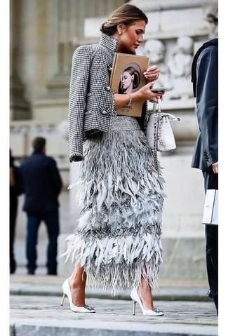 Cómo combinar: bolso bandolera de cuero con print de serpiente plateado, zapatos de tacón de cuero con adornos blancos, falda midi de plumas gris, blazer de pata de gallo en blanco y negro