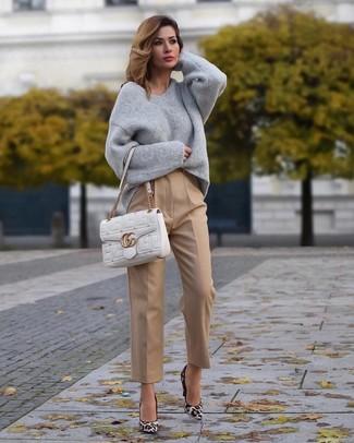 Outfits mujeres: Para un atuendo que esté lleno de caracter y personalidad equípate un jersey oversized gris junto a un pantalón de vestir marrón claro. Zapatos de tacón de ante de leopardo blancos son una opción grandiosa para completar este atuendo.