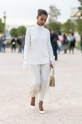 Cómo combinar: cartera de cuero con print de serpiente en beige, zapatos de tacón de cuero blancos, pantalones anchos blancos, jersey de cuello alto de punto blanco