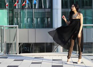 Combinar un collar plateado: Equípate una túnica plisada negra con un collar plateado para un look agradable de fin de semana. Zapatos de tacón de cuero blancos son una opción inmejorable para complementar tu atuendo.