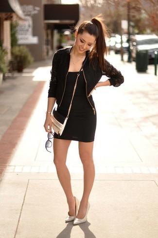 Vestido negro con zapatos blancos