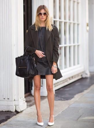 Cómo combinar: bolsa tote de cuero negra, zapatos de tacón de cuero blancos, vestido recto de cuero negro, abrigo en marrón oscuro