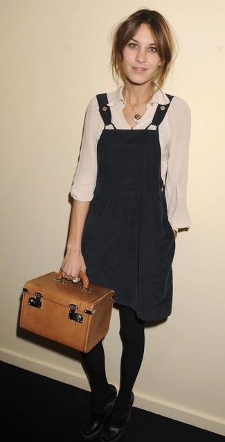Cómo combinar: cartera de cuero en tabaco, zapatos de tacón de cuero con recorte negros, blusa de manga larga en beige, pichi negro