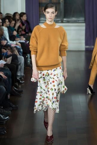 Cómo combinar: medias de red burdeos, zapatos de tacón de cuero burdeos, falda midi con print de flores blanca, jersey oversized marrón claro