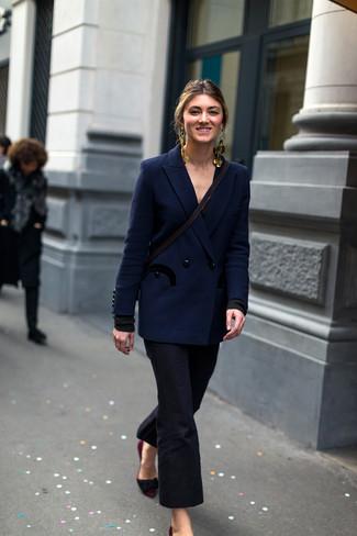 Cómo combinar: pendientes dorados, zapatos de tacón de ante burdeos, pantalón de campana negro, blazer cruzado azul marino