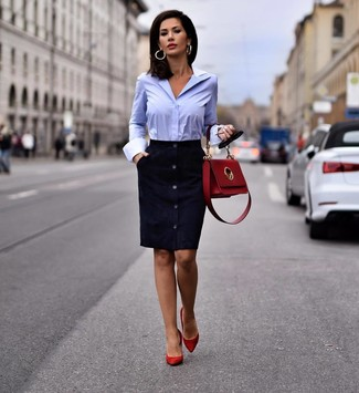 Cómo combinar: bolso de hombre de cuero rojo, zapatos de tacón de ante rojos, camisa de vestir celeste, vestido tubo de ante azul marino
