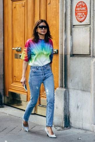 Cómo combinar: gafas de sol negras, zapatos de tacón de lona celestes, vaqueros azules, camiseta con cuello circular efecto teñido anudado en multicolor