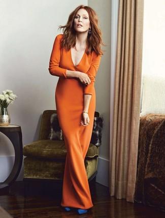 Cómo combinar: zapatos de tacón de ante azules, vestido largo naranja