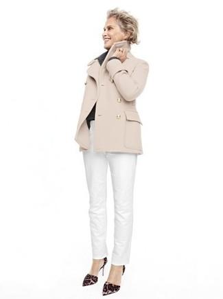 Cómo combinar: zapatos de tacón de ante de leopardo en marrón oscuro, pantalón chino blanco, chaquetón en beige