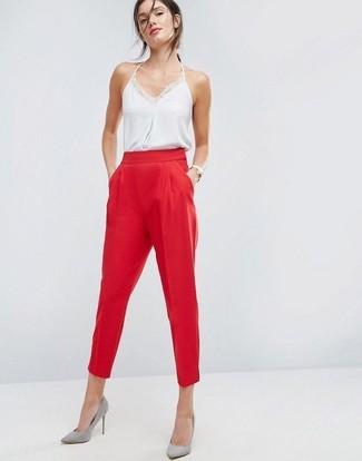 Combinar una camiseta sin manga de seda blanca: Ponte una camiseta sin manga de seda blanca y un pantalón de pinzas rojo para un look diario sin parecer demasiado arreglada. Zapatos de tacón de ante grises son una opción grandiosa para completar este atuendo.