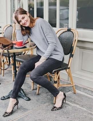 Cómo combinar: zapatos de tacón de ante de leopardo marrón claro, vaqueros pitillo en gris oscuro, jersey con cuello circular gris