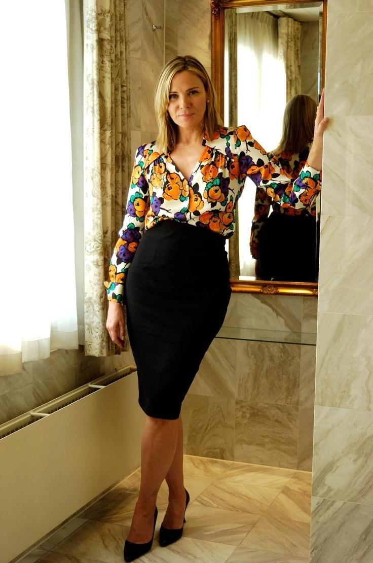 bfaa884e9fcd Una blusa de manga larga de vestir con una falda lápiz negra (17 ...