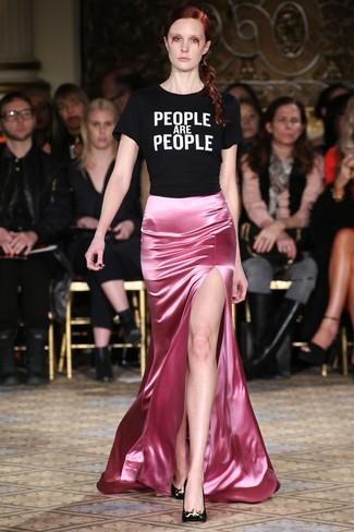 Cómo combinar: zapatos de tacón de ante negros, falda larga de satén rosada, camiseta con cuello circular estampada en negro y blanco