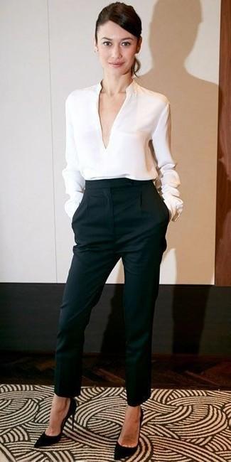 Un pantalón de pinzas de vestir con una blusa de manga larga blanca: Si buscas un look en tendencia pero clásico, considera ponerse una blusa de manga larga blanca y un pantalón de pinzas. Zapatos de tacón de ante negros son una opción inmejorable para complementar tu atuendo.