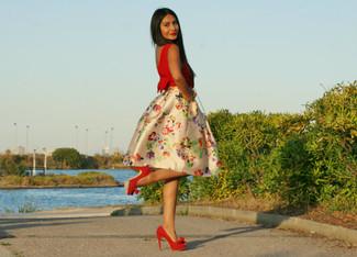 52511de26 Cómo combinar una falda campana con print de flores en beige con ...