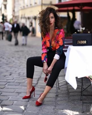 Cómo combinar: zapatos de tacón de ante rojos, pantalones pitillo negros, blusa de manga larga con print de flores en multicolor
