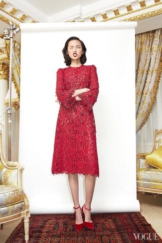 Cómo combinar: zapatos de tacón de ante rojos, vestido midi de encaje rojo