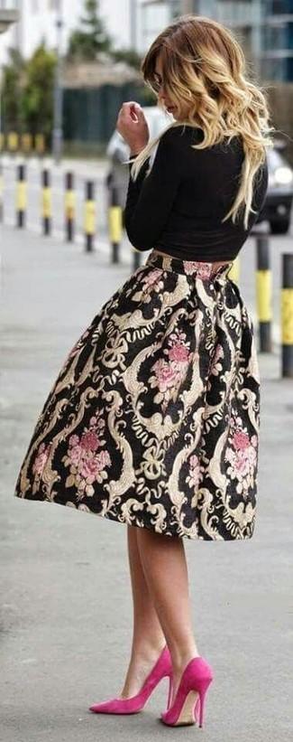 Cómo combinar: zapatos de tacón de ante rosa, falda campana estampada negra, camiseta de manga larga negra