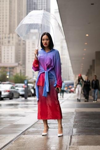 Cómo combinar: zapatos de tacón de cuero blancos, falda midi efecto teñido anudado roja, camisa de vestir efecto teñido anudado en multicolor