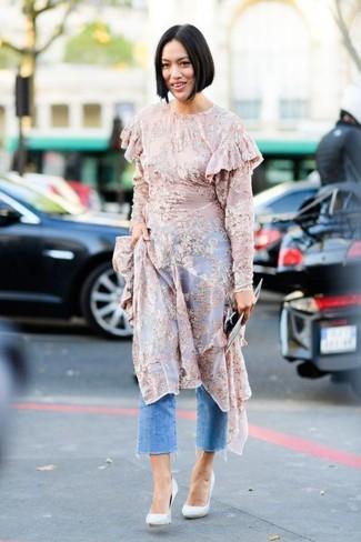 Combinar una falda pantalón vaquera azul: Considera emparejar un vestido midi de gasa estampado rosado junto a una falda pantalón vaquera azul para una vestimenta cómoda que queda muy bien junta. Completa el look con zapatos de tacón de cuero blancos.