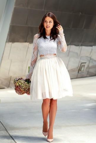 Cómo combinar: zapatos de tacón de cuero en beige, falda campana de tul blanca, top corto de encaje celeste