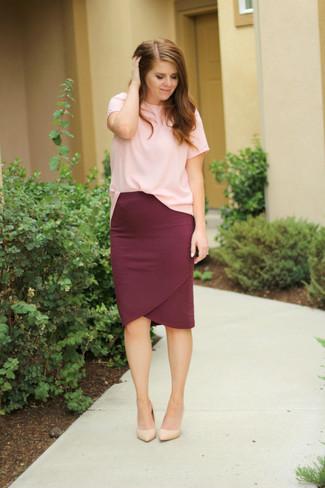 Cómo combinar: zapatos de tacón de cuero en beige, falda lápiz burdeos, camiseta con cuello circular rosada