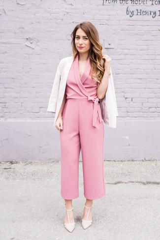 Cómo combinar: zapatos de tacón de cuero en beige, mono rosado, blazer en beige
