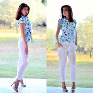 Cómo combinar: zapatos de tacón de cuero con recorte en beige, pantalón chino blanco, camisa polo estampada en blanco y azul