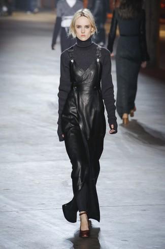 Cómo combinar: zapatos de tacón de cuero en marrón oscuro, pichi de cuero negro, jersey de cuello alto de lana de punto en gris oscuro