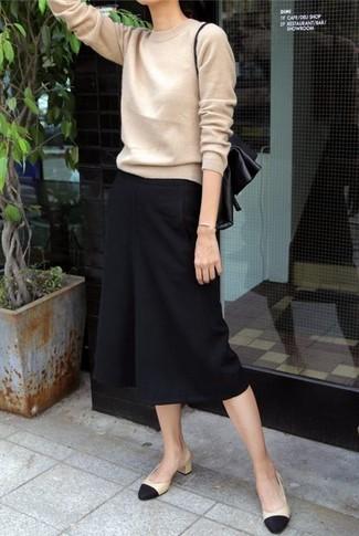 Cómo combinar: zapatos de tacón de cuero en negro y marrón claro, falda pantalón negra, jersey con cuello circular marrón claro