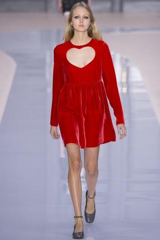 Cómo combinar: zapatos de tacón de cuero grises, vestido recto de terciopelo rojo