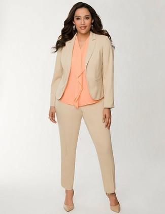 Cómo combinar: zapatos de tacón de cuero marrón claro, blusa sin mangas de seda naranja, traje marrón claro