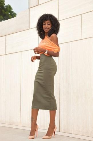 Una falda midi de vestir con unos zapatos de tacón amarillos: Usa una blusa sin mangas naranja y una falda midi para conseguir una apariencia relajada pero chic. Zapatos de tacón amarillos son una opción práctica para completar este atuendo.