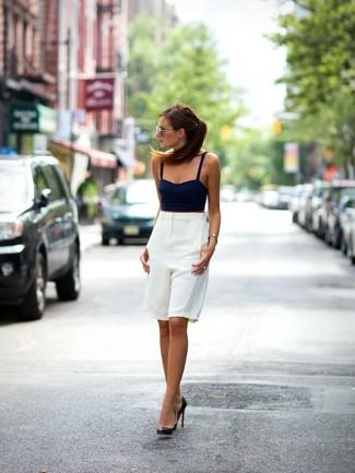 Un top corto de vestir con unos zapatos de tacón negros: Equípate un top corto con unas bermudas blancas para una apariencia fácil de vestir para todos los días. Zapatos de tacón negros son una opción muy buena para completar este atuendo.