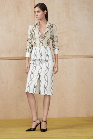 Cómo combinar: zapatos de tacón de cuero negros, falda lápiz estampada blanca, camisa de vestir estampada en beige