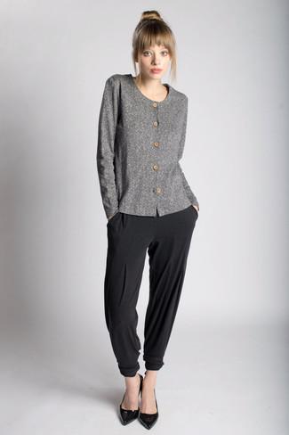 Unos zapatos de tacón de vestir con un cárdigan gris: Emparejar un cárdigan gris junto a un pantalón de pinzas negro es una opción excelente para un día en la oficina. Zapatos de tacón son una opción estupenda para complementar tu atuendo.
