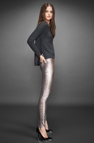 Cómo combinar unos pantalones pitillo de cuero plateados con unos zapatos  de tacón de cuero negros 9b6d2674e972