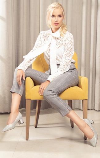 Combinar unos zapatos de tacón de cuero plateados: Para crear una apariencia para un almuerzo con amigos en el fin de semana ponte una blusa de manga larga de encaje blanca y unos pantalones pitillo de tartán grises. Completa el look con zapatos de tacón de cuero plateados.